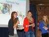 Unterschleißheim COG Urkundenverleihung Fairtrade Schoolvon li. Spohia Waider, Isabella Zopf und Sabine Winklbauer