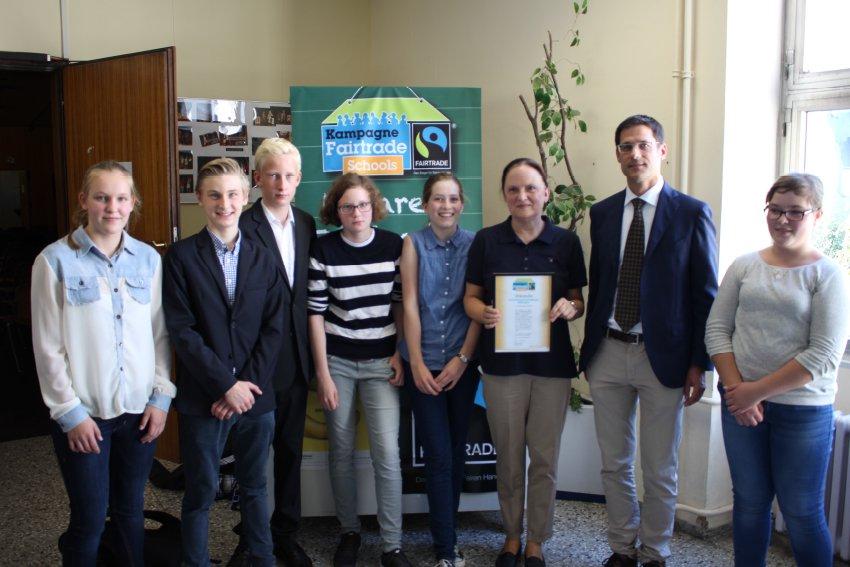 Schueler-und-Lehrer-des-Fairtrade-Schulteams