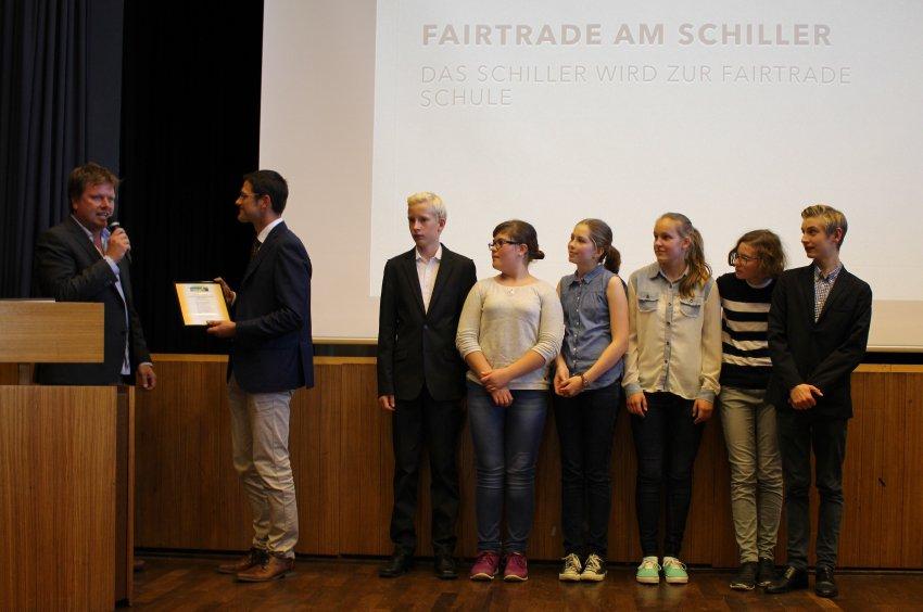 Uebergabe-der-Urkunde-an-das-Schulteam