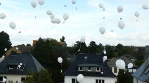 ... und die Luftballons mit guten Wünschen, die wir zeitgleich mit einem Partnerprojekt in Brasilien steigen ließen