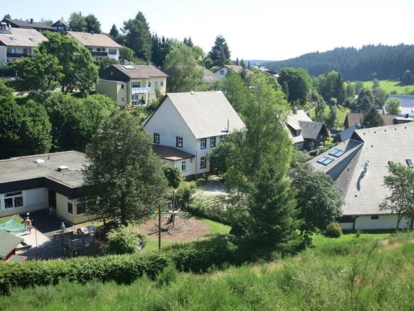 Das kleine Haus in der Bildmitte ist unser Schulgebäude.
