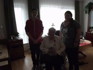Florian und Marie-Luisa mit der Bewohnerin Frau Mischke.