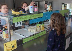Verkauf von Mango-Bananenmilchshakes, Kaffee, Grünem Tee