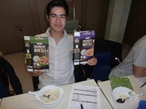 Farid testet Crunchy Muesli und erweitert seine Deutschkenntnisse