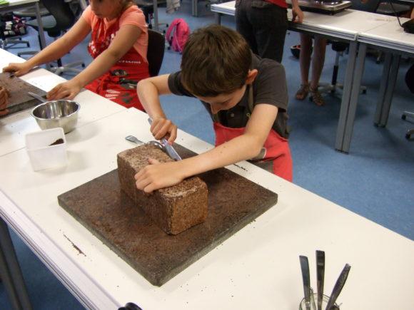 Unsere Schüler bei der Schokoladenherstellung aus Wildkakao