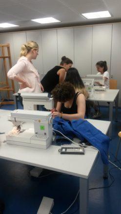 Unsere Schüler bei der Umgestaltung von gebrauchten Kleidungsstücken. Aus dem alten Jeans entstehen Taschen u.a.