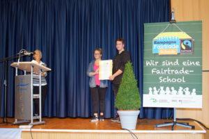 Zoé Kettler und Jona Sohni erhalten von der Referentin Frau Lücke die Urkunde