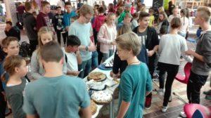 Erster Fairer Kuchenverkauf im Bildungszentrum St. Georgen
