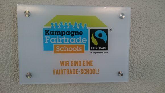 Die neue Fairtrade School Plakette des GaM im Foyer