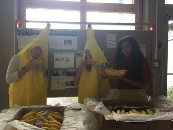 Ines, Constance und Laura verlosen Bananen.