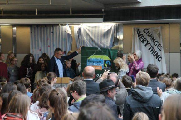 Peter Weingärtner überreicht das Fairtrade-School Banner