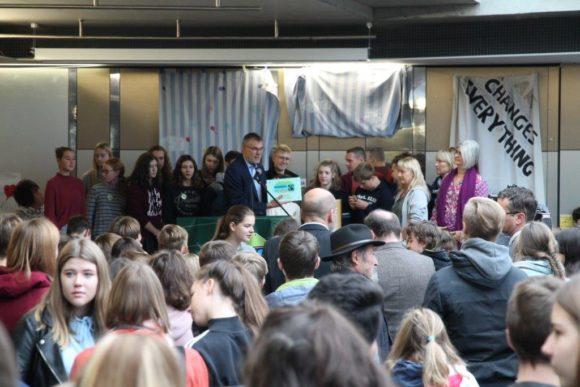 Peter Weingärtner überreicht die Urkunde und die Auszeichnung als Fairtrade-School